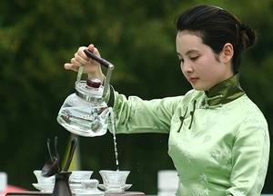 Горничная в Китае готовила чай с мочой