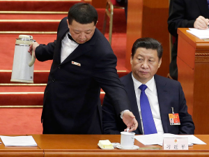 В парламенте КНР разливать чай доверили мужчинам